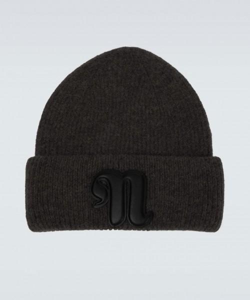 nanushka-higgins-wollmütze-knitted-cap-black-stylealbum